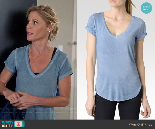 Paige Charlie T-shirt in Vintage Coronet Blue worn by Julie Bowen on Modern Family