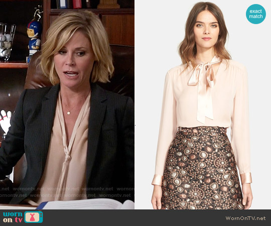 Alice & Olivia 'Irma' Tie Neck Silk Blouse worn by Julie Bowen on Modern Family