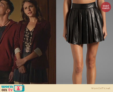 Arrow Fashion: Alice + Olivia Leather Pleated Skirt worn by Willa Holland