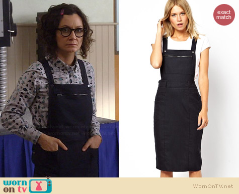 Asos Pinafore Dress in Pinstripe worn by Sara Gilbert on Bad Taacher