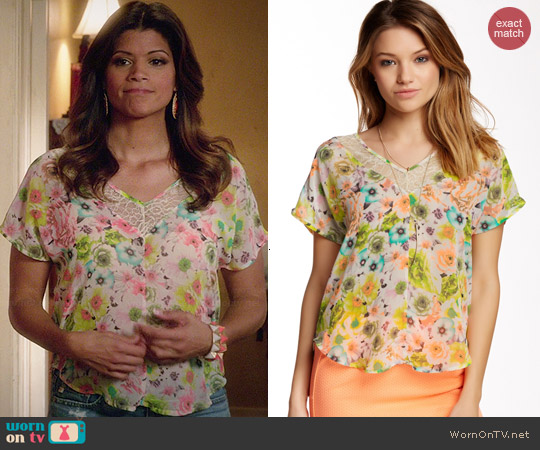 ASTR Lace Trim V-Neck Tee in Multi Floral worn by Andrea Navedo on Jane the Virgin
