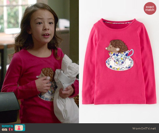 Boden Story Book Applique T-shirt in Berry worn by Aubrey Anderson-Emmons on Modern Family
