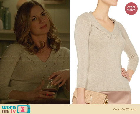 Burberry Prorsum Cashmere Sweater in Ecru worn by Emily VanCamp on Revenge