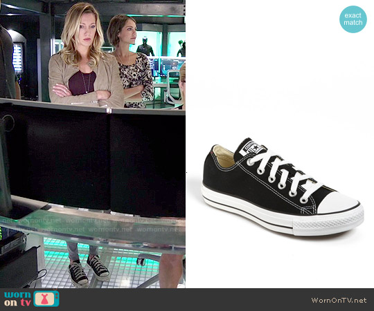 Converse Chuck Taylor Low Sneaker in Black worn by Laurel Lance on Arrow