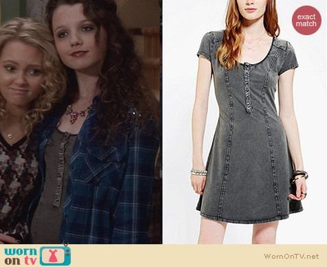 Dorrit Bradshaw Style: BDG Acid Wash Henley Dress worn on The Carrie Diaries