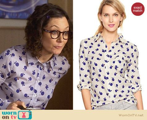 Gap Boyfriend Shirt in Apple Print worn by Sara Gilbert on Bad Teacher