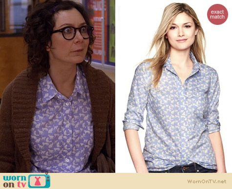 Gap Fitted Boyfriend Shirt in Cat Print worn by Sara Gilbert on Bad Teacher