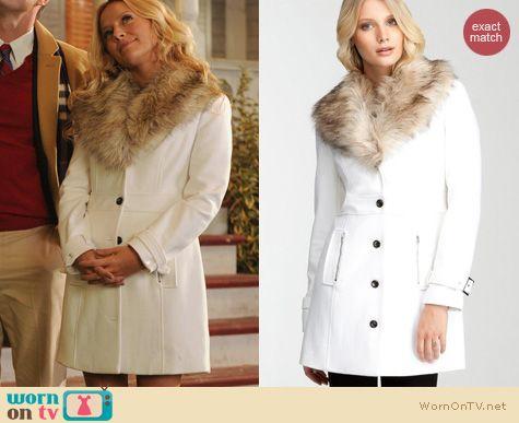 Wornontv Chloe S White Coat With Fur Collar On The