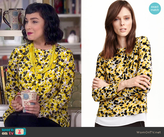 H&M Crepe Blouse in Yellow Patterned worn by  Molly Ephraim on Last Man Standing