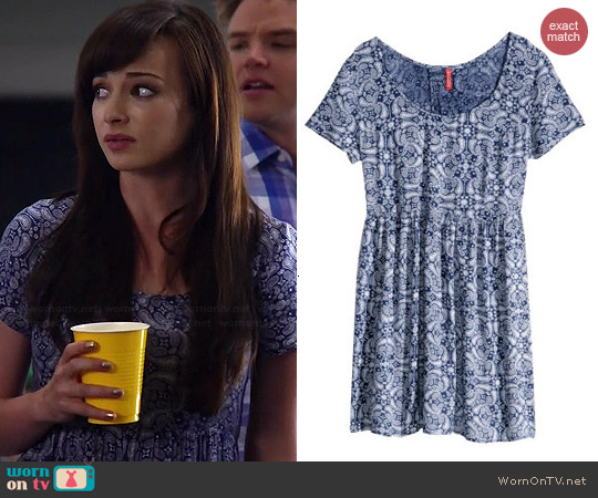H&M Crinkled Dress in Dark Blue Paisley Pattern worn by Ashley Rickards on Awkward