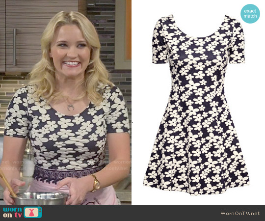 H&M Jersey Dress in Dark Blue Floral worn by Emily Osment on Young & Hungry