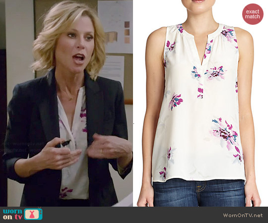 Joie Senia Floral Top worn by Julie Bowen on Modern Family