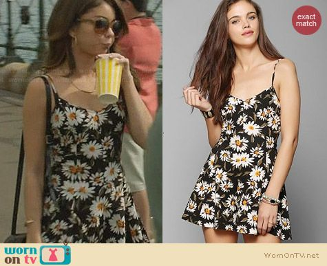 Kimchi Blue Bow Back Romper worn by Sarah Hyland on Modern Family