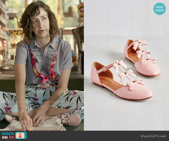 ModCloth See it to Bow-lieve It Flat in Pink worn by Kristen Schaal on Last Man On Earth
