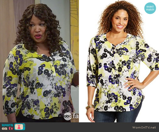 NYDJ Plus Size Printed Blouse worn by Kym Whitley on Young & Hungry