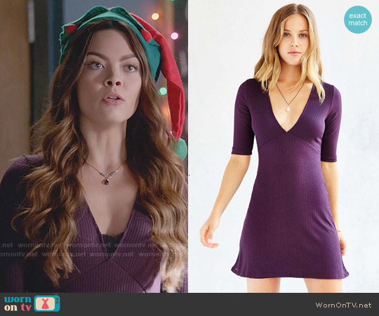 Silence + Noise Rib Knit Deep V Dress worn by Scarlett Byrne on The Vampire Diaries