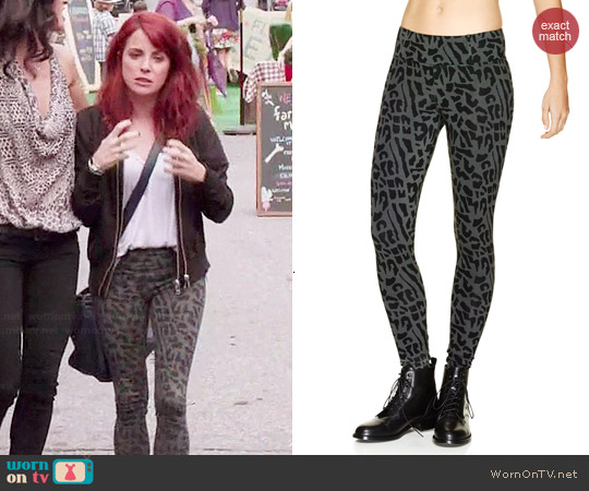 Talula Manhattan Leggings in Argentique/Black worn by Alanna Ubach on GG2D