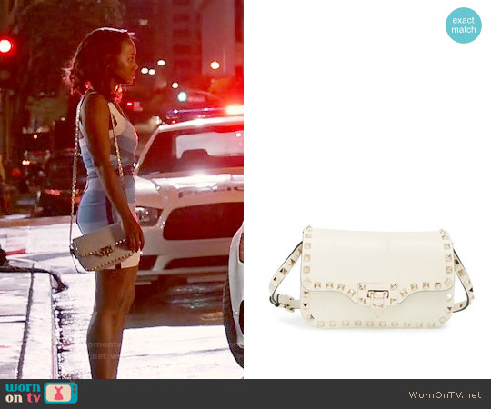 Valentino 'Mini Rockstud' Crossbody Bag in Ivory worn by Michaela Pratt on HTGAWM