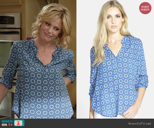 Velvet by Graham & Spencer Split Neck Challis Blouse worn by Julie Bowen on Modern Family