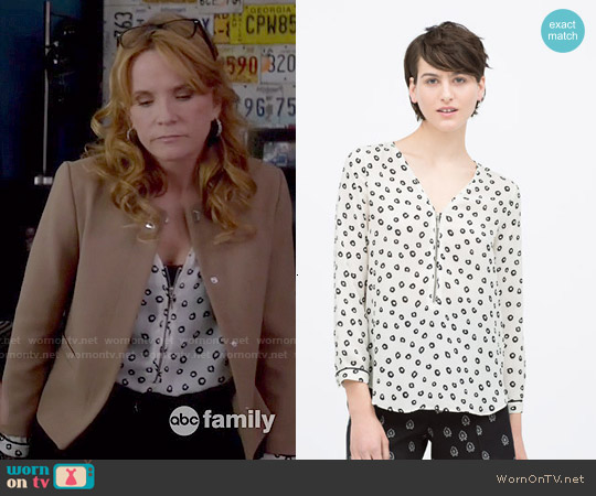 Zara Piped Long Sleeve Printed Top with Front Zip worn by Lea Thompson on Switched at Birth